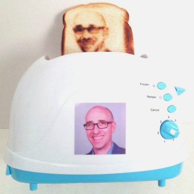 出産祝いにぴったり?自撮り写真のパンが作れるトースター!?「セルフィー トースター」